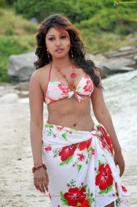 Nimbe-Huli-Actress-Komal-Jha-Sexy-Cleavage-And-Navel-Photos